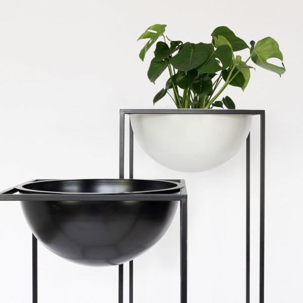 Sunwood NOBL design vazen voor binnen met Monstera plant op witte achtergr