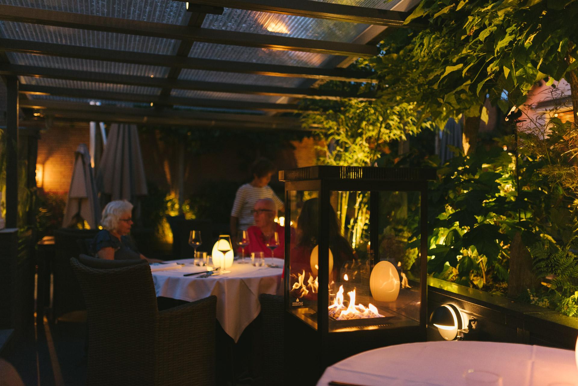 Zwarte Marino buitenhaard op aardgas, op het terras bij Restaurant O&O