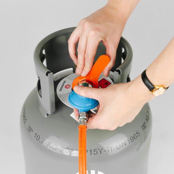 Gasfles veilig aan buitenhaard verbinden met de Sunwood steeksleutel