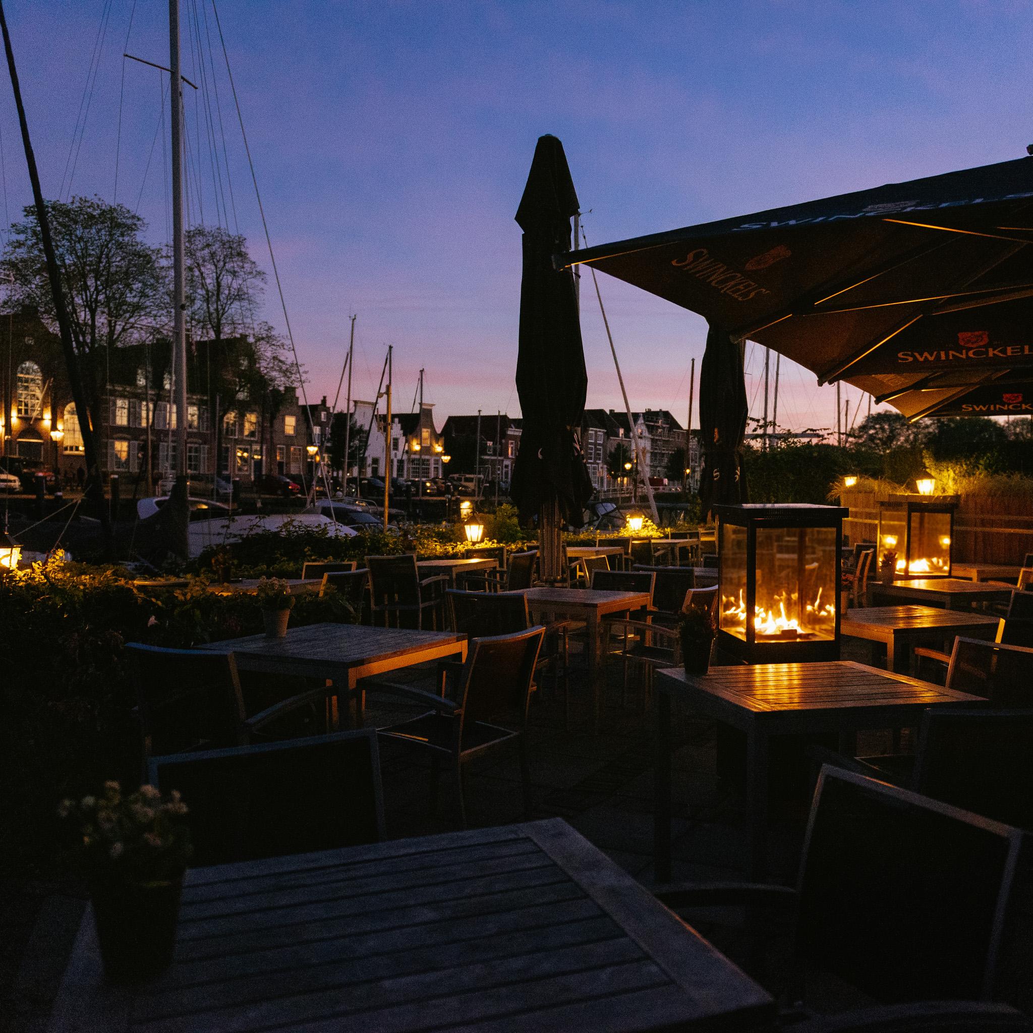 Marino Original Buitenhaard Jet Black op het terras bij Restaurant De Werf in Veere, Zeeland