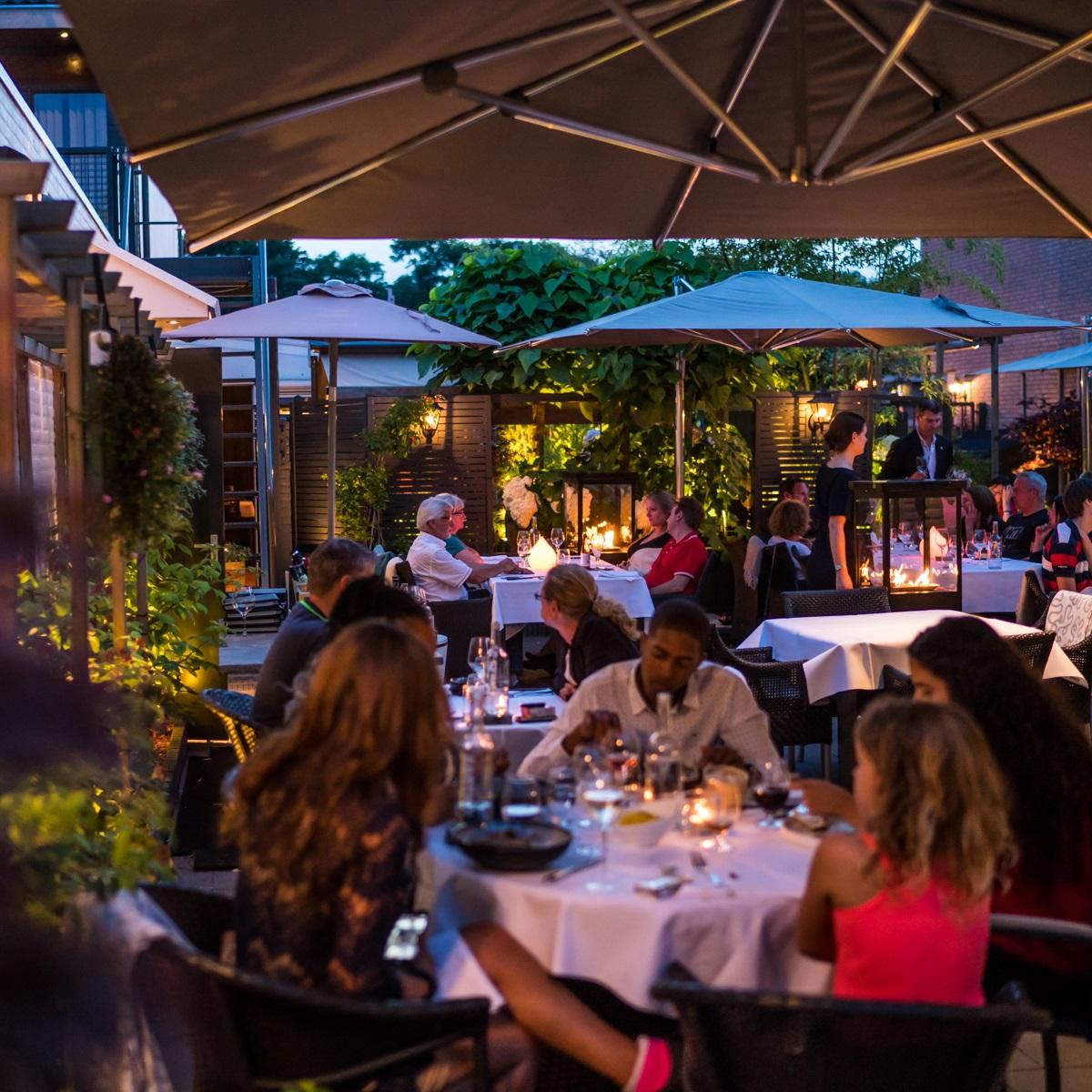 Marino terrashaarden op een vol terras bij Restaurant O&O